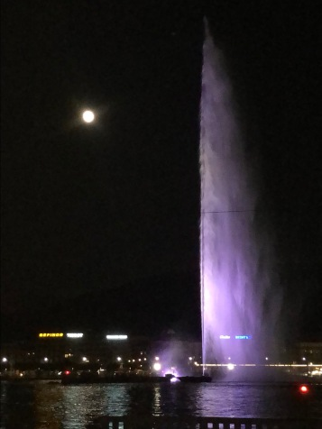 Moonrise and lake water shows in Geneva August 2019